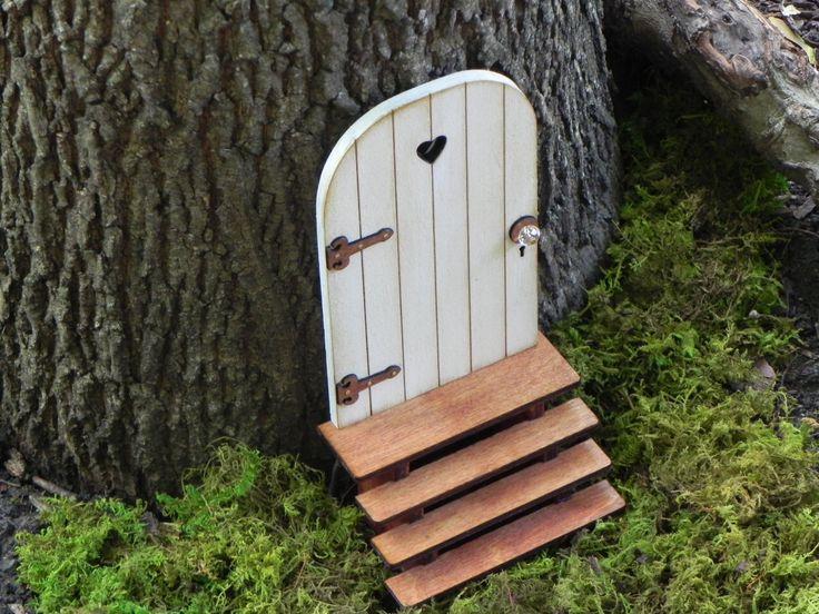 Fée porte fée jardin miniature accessoires fabriqués à la main bois blanc en difficulté avec charnières bruns escaliers faits à la main par TheLittleHedgerow sur Etsy https://www.etsy.com/fr/listing/159105486/fee-porte-fee-jardin-miniature