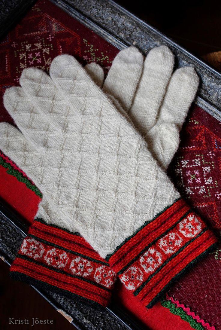 Kristi Jõeste blogi: Muhu vikkelkindad /Muhu gloves knitted with travelling stitches