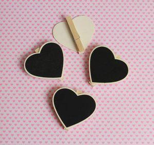 Kit Mini quadro negro de coração com grampo - 4 peças + 1 giz