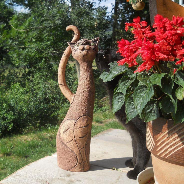 Kočka Amálie Keramická kočka vhodná domů i na zahradu, a to za každého počasí. Vyrobená ze šamotové hlíny, veliká asi 45 cm.
