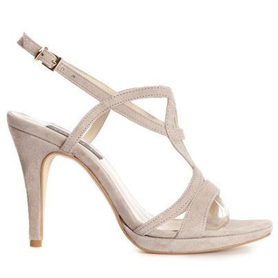 Sandalett i mjuk, fin mocka med klädd klack i trendig grå nyans. Har tunna remmar och innersula i mjukt ljust skinn. Novita är tidlösa, unika och omsorgsfullt tillverkade skor av finaste skinn från utvalda garverier.