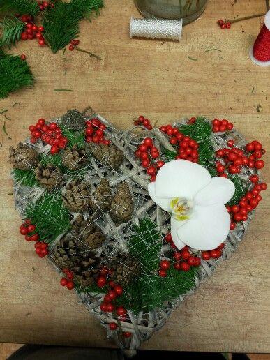 Min første bestilling :) Hjerte dekorasjon med Orkide, kongler, mose og røde bær som jeg ikke husker hva heter(!).