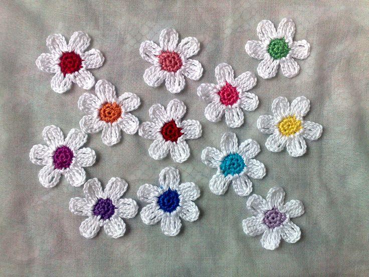 Weiße Häkelblumen mit bunten Blütenstempeln, 12 Blumen Applikationen zum Verzieren von Hüten und Kleidung von HaekelshopSetervika auf Etsy
