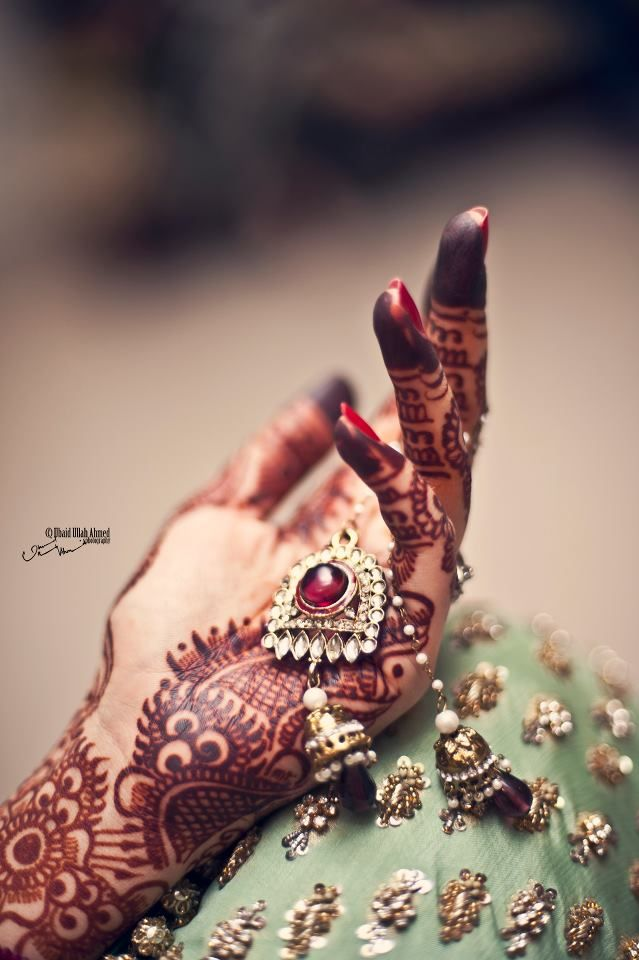 Another artful henna shot #Islamic #wedding #photography Check out more desings at: http://www.mehndiequalshenna.com/