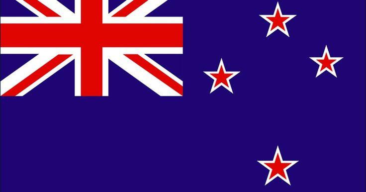 Historia de la bandera de Nueva Zelanda. La bandera de Nueva Zelanda refleja los orígenes británicos del país y su lugar en el Pacífico del Sur, bajo la constelación de la Cruz del Sur. Las estrellas rojas representan a los nativos maoríes, el color es una marca de su rango. El fondo azul marca la insignia azul marítima y los océanos que rodean a la isla; pero como muchas naciones, la ...