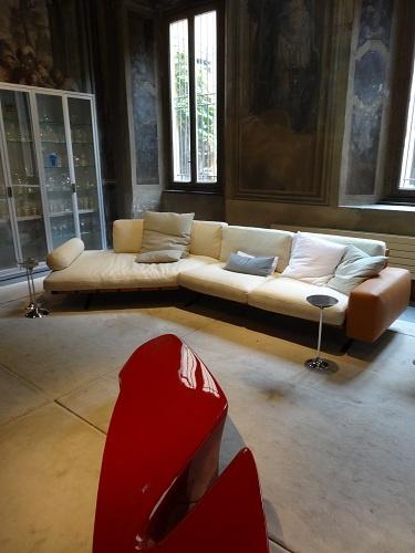 ドリアデのマンゾーニ通りのショップ。クラシカルな内装とモダンデザインの組み合わせはいつみても新鮮。