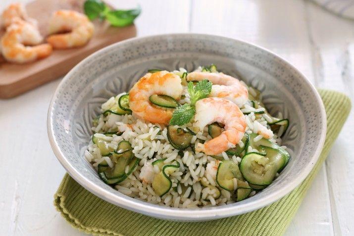 La ricetta del Riso freddo con zucchine e gamberi: un'insalata di riso gustosa e raffinata. Pronta velocemente per pranzo o cena, ma anche da portare via.