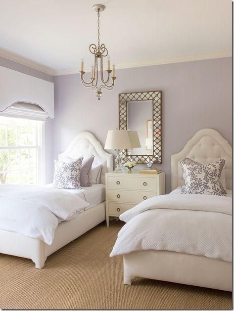 Esquema de cores. Faz o quarto parecer grande e sereno. Embora talvez demasiado feminino. Colour scheme. Makes the room look big and quite serene. Although maybe too feminine.