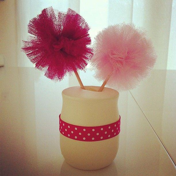 Pompons de tulle dans un pot en verre (yaourt) recouvert d'un ballon de baudruche + ruban rose. Pour la décoration de table du baptême de ma fille.