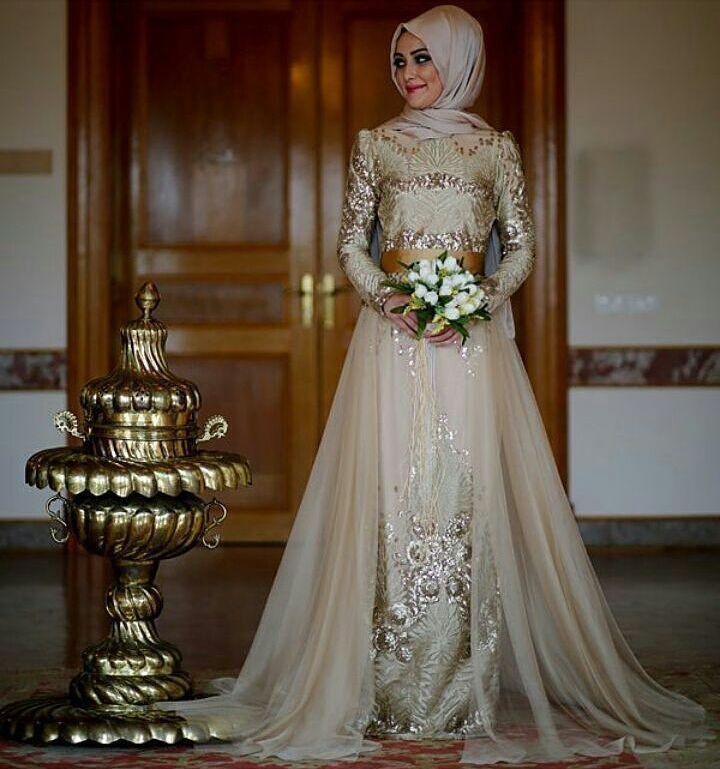 En tercih edilen abiyelerimizden Gold renginin asilliği ile tabiki Kleopatra  Detaylı bilgi için DM'den veya watsaptan bize ulaşabilirsiniz. .  #hijab #hijapfashion #abiye #tesettür #indirim #minelask #mevra #hilalbas #nurbanu #exclusive #wintertime #abiye #abiyeelbise #dubai #dugun #nisan #mezuniyet #tesettür #yenisezon #hijapfashion #trend #wintertime #tamzamanı #tasarım by minelask_fatih