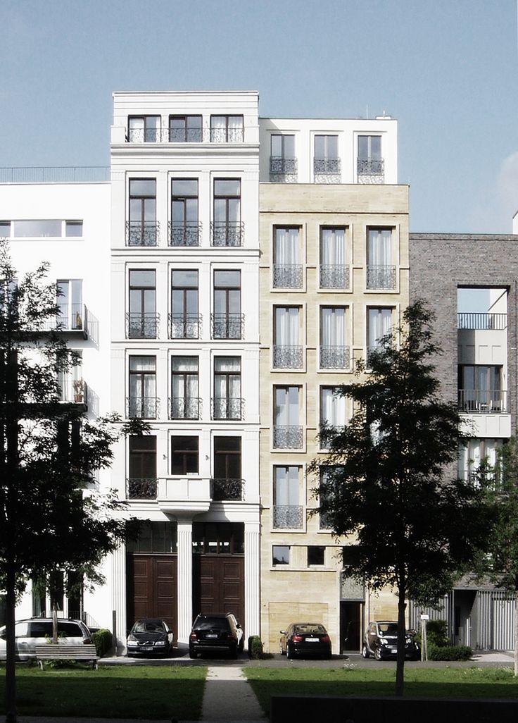 Townhouses on the Caroline von Humboldt weg in Berlin. This street is a nice catalogue of contemporary sollutions to the townhouse. Ranging from modern, postmodern to contemporary classical and even classical facades.The yellowish townhouse is by Project-S/Sebastian Klatt, the white one by Ulrich Jasper. Photo by NOMAA|marco jongmans.
