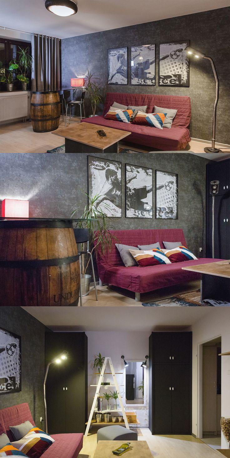 Klimatyczny salon/sypialnia prawdziwego kibica i sommeliera.