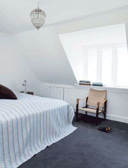 I soveværelset er der lagt et tykt væg til væg-tæppe, som det er dejligt at træde ud på om morgenen. Safaristolen fra Kaare Klint har Anne arvet, og sengetæppet er fra Ilva.