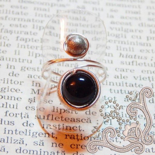 Cu un design unic, realizat manual din sarma placata cu argint, prin tehnica wire wrapping (detalii AICI), acest inel este perfect pentru tine. Ca element central, am ales pentru acest inel, un onix sferic, pe care l-am prins, printr-o impletitura delicata din sarma subtire.