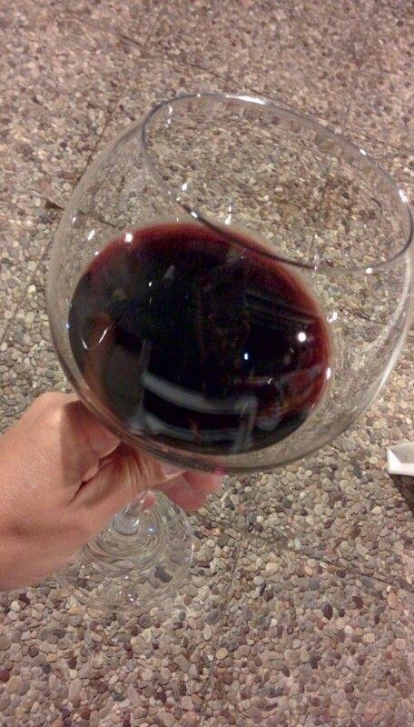 La noche es joven y el vino... viejo.  Besos perversos.