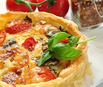 Hartige Taart Met Prei - voor twee personen: 1 prei (dunne ringen), 1 ui (gesnipperd), 150g broccoli, 1/2 bol mozarella, 1,5 tomaat, bladerdeeg, 2,5 (?) eieren, 175ml (?) crème fraîche, 50g geraspte kaas, tijm, peper, zout + salade