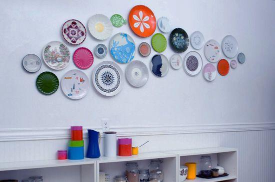 Если у Вас в кухне большая, широкая, пустая стена, есть масса вариантов, что на ней разместить. Цветные тарелки, разнообразной формы и цвета будут как нельзя кстати. Можно повесить тарелочки, привезённые из отпуска. Или просто приятные глазу, поднимающие настроение, глиняные или стеклянные творения.  #рамка #багетнаямастерская #дизайнинтерьера #декоркухня #багетнаямастерскаяВиртуоз
