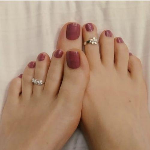 Beautiful woman's feet with purple nails polish # Feet # Foot fetish group # Foot fetish …   – Zehen Ringe