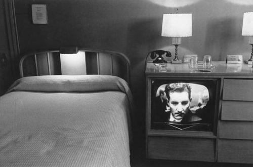 Toen ik opzoek was naar interieur fotografen tussen 1950 en 2000 stuitte ik op deze collectie van Lee Friedlander. Hij was geen echte interieur fotograaf, maar ik vond dat hij in deze collectie wel een goede weergave gaf van de motel indeling in de jaren 60. Daarom heb ik hem voor dit kopje uitgekozen. Collectie Motel kamers The little screens 1960's (interieur) fotograaf: Lee Friedlander