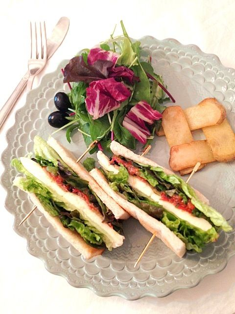 ラデュレ サロン・ド・テのレシピ♪ 野菜だけで作ったサンドイッチです‼ ズッキーニ、茄子、セミドライトマト、バジル、ブラックオリーブ、サニーレタス、真ん中にはモッツァレラチーズが入ってます♡ 即席で作ったセミドライトマトがいいアクセントになってます〜 ELLE a'table 最新号 No.67 p.85より - 91件のもぐもぐ - クラブ・シャンゼリゼ・ベジタリアン♡ by ayamaison