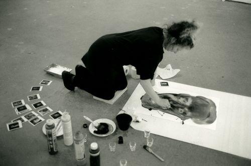 Marlene Dumas aan het werk in haar atelier. Foto: Paul Andriesse