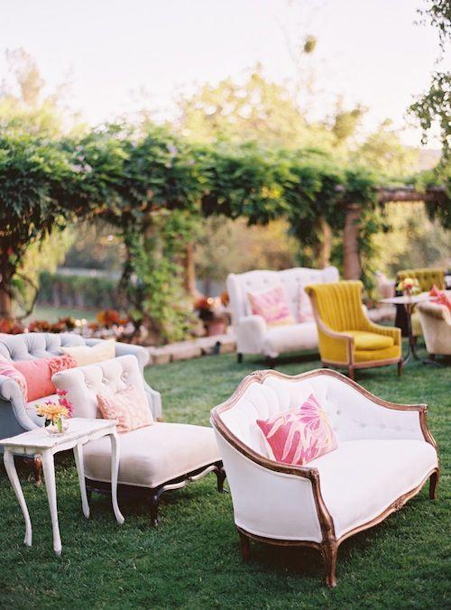 Elegant outdoor seating. Cada día caigo mas en cuenta que es importante contar con un espacio con mobiliario cómodo y bello en la boda de toda chica. Crea un espacio de platica, relajamiento y descanso para cuando decidas apartarte un poco de todos los invitados e intimidar con alguien especial.