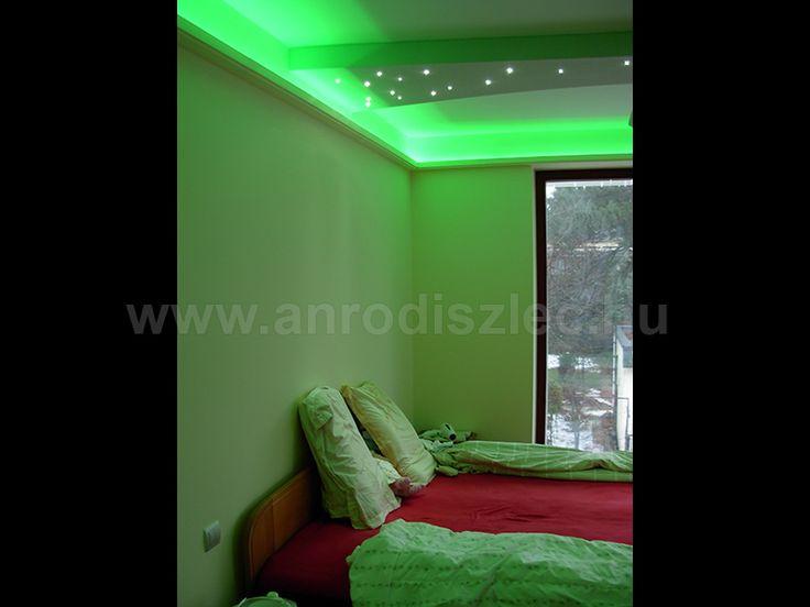 Zöld fényű hangulatvilágítás hálószobában - a zöld nyugtat és frissít, így jó kiegészítője lehet a pihenőszobának!