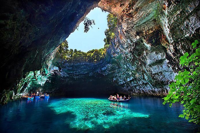 """Теперь перенесёмся в Грецию, на одном из островов которой находится уникальная пещера Мелиссани, где, по преданиям, когда-то жили нимфы. Высокие стены пещеры """"оберегают"""" бирюзовые воды одноимённого озера от жара и ветра. От туристов, правда, уберечь их пока не удаётся."""