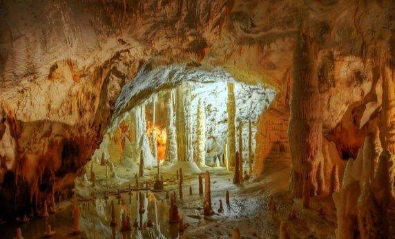 """Grotte di #Frasassi e il vicino Tempio del Valadier [Itinerario] --> cominciamo con la """"Sala delle candeline"""": opera d'arte della natura, ricca di numerose stalagmiti cilindriche di piccole dimensioni, che si sono formate grazie al lungo lavoro svolto dall'acqua piovana sulla roccia --> http://www.allyoucanitaly.it/blog/grotte-frasassi-e-tempio-del-valadier"""