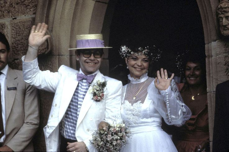Elton John e Renate Blauel escono dalla chiesa anglicana in cui si sono appena sposati a Sydney, in Australia, il 14 febbraio del 1984. Blauel era tedesca ma si era trasferita a Londra a 22 anni. Aveva incontrato Elton John nel 1983 agli AIR Studios di Londra, dove lavorava come tecnico del suono. Il matrimonio durò tre anni, divorziarono il 18 novembre del 1988. (Patrick Riviere/Getty Images)