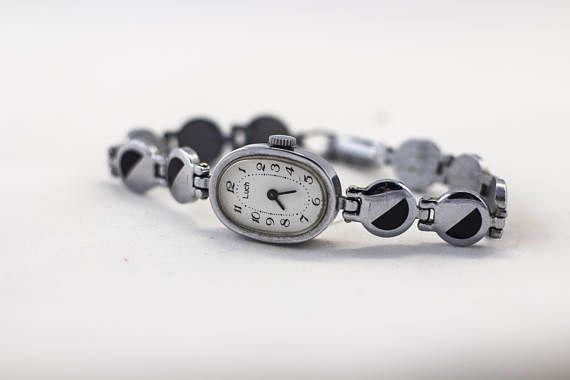 Vintage Uhr, Tschaika Watch, Uhr, sowjetische Uhr, UdSSR Armbanduhr, mechanische Uhr, russische Uhren, Armbanduhr für Frauen  Chayka Hergestellt in der UdSSR. Jahr: 70  • SPEZIFIKATIONEN Fall Größe: 17mm Bewegungsart: mechanische Gurt-Material: Metall  Bitte beachten Sie - mechanische Uhren laufen ohne Batterien, Uhren mechanisch Mechanismus verwenden, um im Laufe der Zeit zu messen.  Zustand: Sehr guter Vintage Zustand. Uhren gewartet professionelle Uhrmacher. Bewegung gereinigt, geölt…