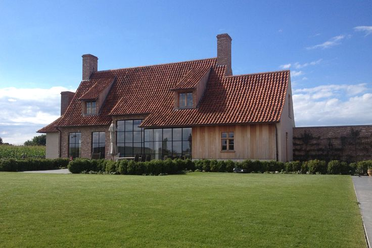 grote ramen met klein kruis aanbouwgedeelte met hout afgewerkt en knik in dak