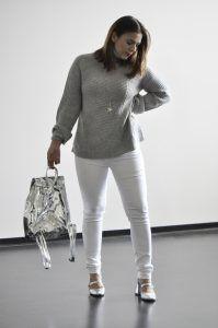 White & Silver Chic: Weiße Jeans, Wollpulli und silberne Sandaletten