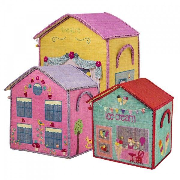 Questo set di porta giochi di Rice a forma di un teatro, una casa delle fragole e un gelateria rappresenta un pezzo unico per la cameretta, il soggiorno o la stanza dei giochi.