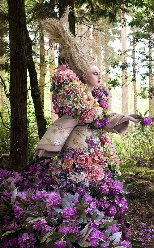 """Inspirado em """"Alice no País das Maravilhas"""", 1000 flores cobrem modelo em ensaio fotográfico"""