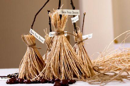 Riempi un sacchettino carta alimentare con i dolcetti, non arrivare all'orlo. Inserisci un rametto di legno e chiudi il sacchettino intorno ad esso con spago.Prendi la paglietta e avvolgila sotto al sacchettino . Con lo spago, annoda la paglietta intorno al bastoncino. Taglia il fascio di paglietta sotto la base del sacchetto, allargala e rifiniscila se risulta irregolare, in modo da creare le setole della scopa.