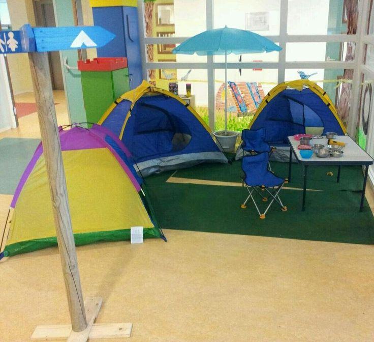 """@walsprong de kleuters gaan op reis. Er is een """"echte"""" camping. Vakanties kunnen geboekt worden bij het reisbureau."""