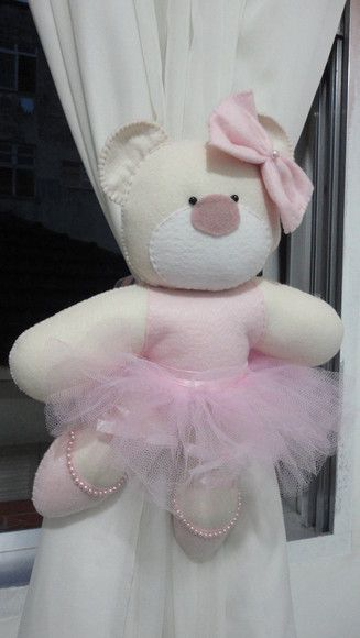 Prendedor de cortina ursa bailarina.  This website is in French but thought using stuffed animal for curtain tieback is a cute idea.