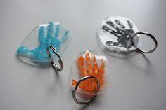 Handabdrücke ganz persönlich und einfach zu einem Geschenk verwandeln. Hier findest du eine Anleitung für einen tollen Schlüsselanhänger.