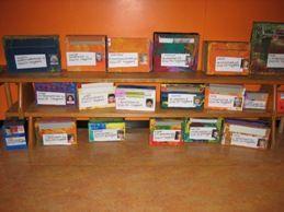 brievenbussen maken. Voor elk kind een doos met foto en adres erop. Laten legen door de 'postbodes'.