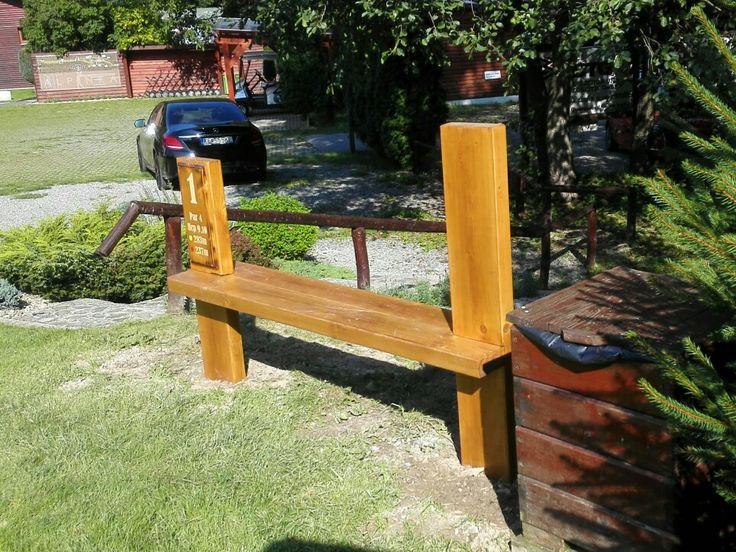 Designove lavičky  masívne drevo inštalované do betónového základu