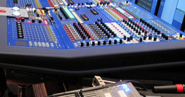 Diferencias entre consolas mezcladoras de audio digitales y análogas . Las consolas mezcladoras de audio funcionan ya sea con tecnología análoga o digital. Una consola análoga dirige voltaje a través de sus circuitos, mientras que una consola digital utiliza muestras digitales.