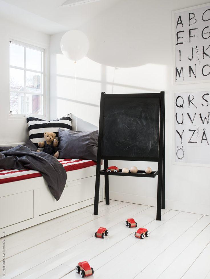 BRIMNES säng med stora förvaringslådor under förtrollas snabbt till en dubbelsäng när kompisar vill sova över. SOFIA metervara i rött och vitt. LILLABO leksaksbilar, BRUMMA nalle, RIBBA ramar. Gästbloggare: Maria Riazzoli.