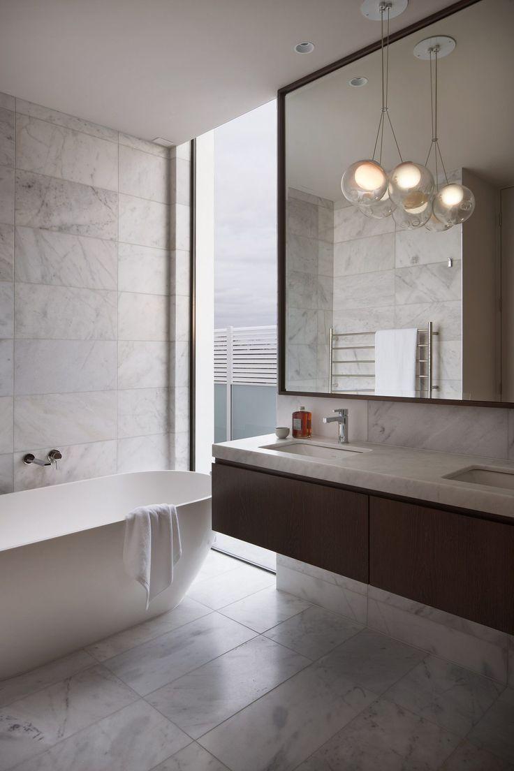 Bad, Freistehende Wanne, Weißer Marmor, Raumhoch, Elegant, Bodentiefes  Fenster, Modern