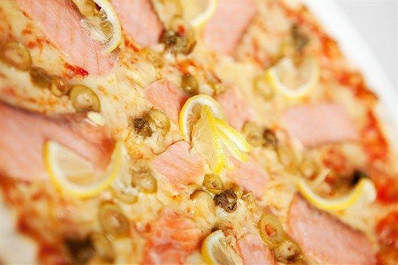 Пицца с копченым лососем и укропным кремом рецепт с фото
