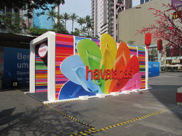 Havaiana's pop up store, galeria expo en tubos de pbc y lonaaire libre invierno