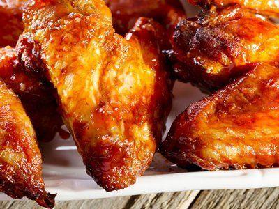 Receta de Alitas de Pollo | Alitas de pollo estilo Buffalo espectacularmente picantes. Se hornean con una mezcla de salsa picante, jitomate, chile en polvo y pimienta de cayena. Espero las intenten, para la época de partidos son lo máximo.