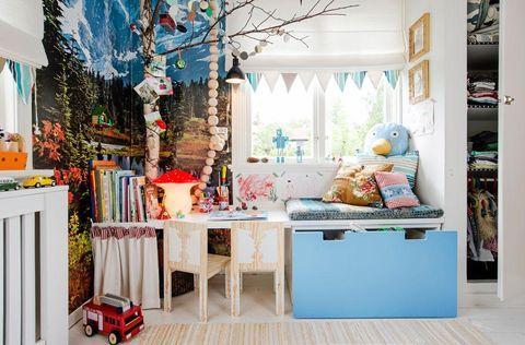 """BARNRUM MED ALPKÄNSLA: I Jaspers lilla rum finns det både koja, båt och bra förvaring. """"Det ska kännas scenografiskt, fantasifullt och mysigt – i en genusbefriad anda"""", säger hans mamma Pamela Pomplitz. Den svåra utan under fönstret har fått en smart lösning. Platsbyggd bänk gjord av vitmålad mdf-skiva, Fredells, och målad med vit akrylfärg S-0500-N, Flügger. Skynke på u-skena i tyg 'Linus', Sandberg Tyg & Tapet. Måttbeställd dyna i skumgummi, Båtdynsspecialisten. Överdrag i tyg 'Phipps' och…"""