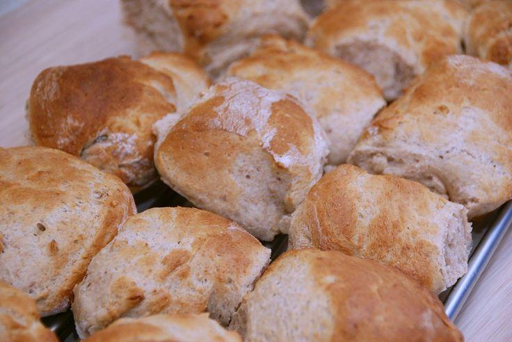 Valnøddebrød er lækkert brød til både morgenbordet og en god kop kaffe. Dette brød med valnødder er bagt med en blanding af hvedemel og fuldkorns hvedemel fra Løgismose, og det giver brødet en god …
