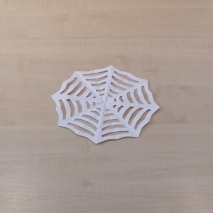 Mit dieser Anleitung könnt ihr mit wenigen Schnitten mit der Schere ein schönes Spinnennetz basteln.